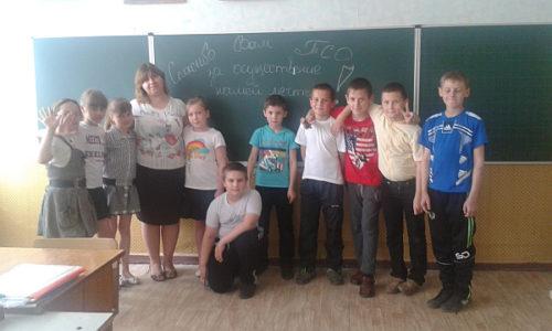 Ученики 4-го класса Никишинской школы к празднику 9 Мая  получили в подарок от Компании ТСО школьную доску